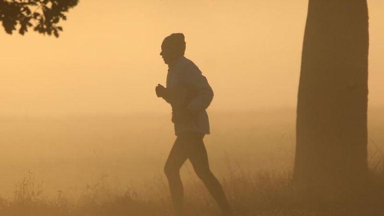 Jogger im Nebel: Bewegung schützt vor Darmkrebs.jpg