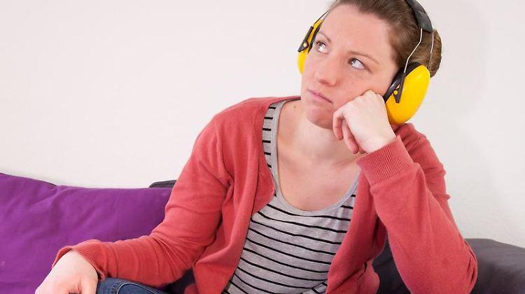 Ist der Lärm aus der Nachbarwohnung nur noch mit Kopfhörern zu ertragen, sollten sich Mieter an ihren Vermieter wenden. Foto:Kai Remmers