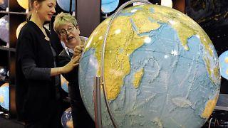 Besucherinnen auf der ITB in Berlin: Die Messe lädt ein zu einer Reise durch 187 Länder. Foto: Soeren Stache