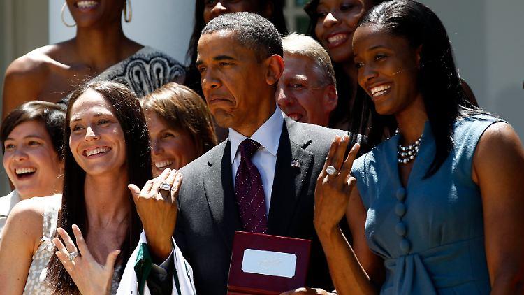 Hat ein Schlag bei Frauen: Obama beim Empfang der Siegerinnen der amerikanischen Frauen-Basketball-Liga 2011.