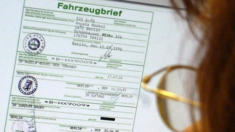 Bei Ebay wird ein VW-Golf angeboten, der laut Fahrzeugbrief 1990 auf die heutige Bundeskanzlerin zugelassen war. Foto: Handout