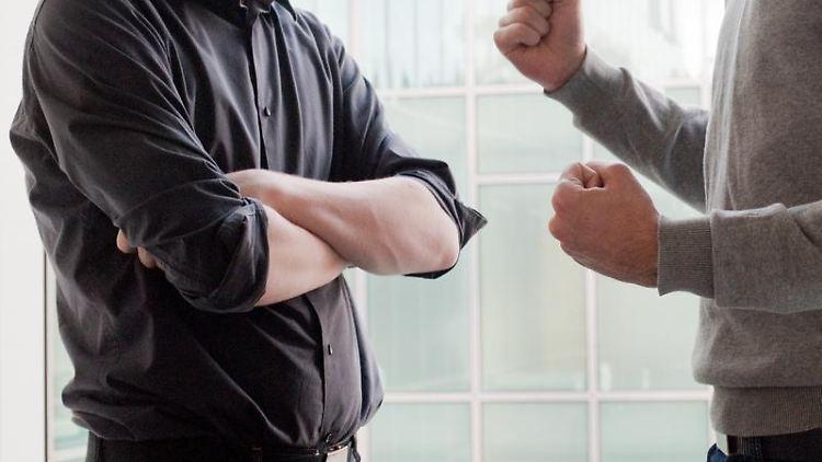 Solange die Parteien eines Streits unter Kollegen miteinander sprechen, bestehen gute Chancen den Konflikt zu lösen. Schwieriger wird es, wenn die Kontrahenten die Kommunikation bereits eingestellt haben. Foto: Andrea Warnecke