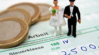 Bei den Steuerklassen können Ehepaare zwischen verschiedenen Möglichkeiten wählen - die Entscheidung hängt auch von der Höhe des Einkommens ab. Foto:Andrea Warnecke