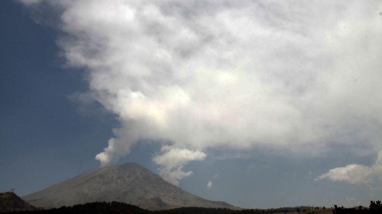 Der Vulkan Popocatépetl spuckt Asche bis nach Mexiko-Stadt. Nach einer Reihe von Explosionen bildete sich über dem Krater des mehr als 5400 Meter hohen Kolosses eine rund zwei Kilometer hohe Aschewolke.