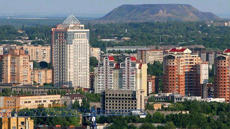 Ungewöhnliche Mischung - Donezk ist eine moderne Metropole mit viel Grün, die an vielen Stellen noch an die alten Industrien erinnert.jpg