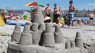 Sandburgen bauen, schwimmen, plaudern - die Deutschen sind laut einer Umfrage ganz schön aktiv im Strandurlaub.jpg