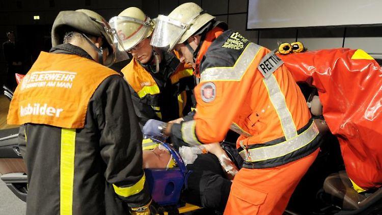 Feuerwehrleute müssen nicht nur gegen Flammen kämpfen - auch Rettungseinsätze wie hier in einer Übung gehören zu ihrem Job. (Bild: Roessler/dpa/tmn)