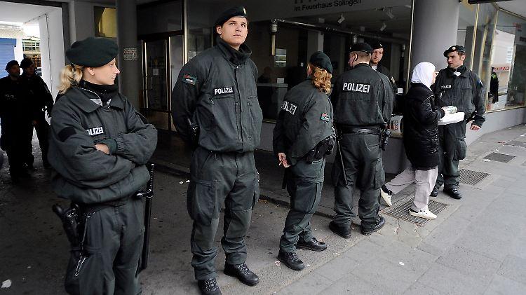 Polizeibeamte sperren die Zufahrt zur