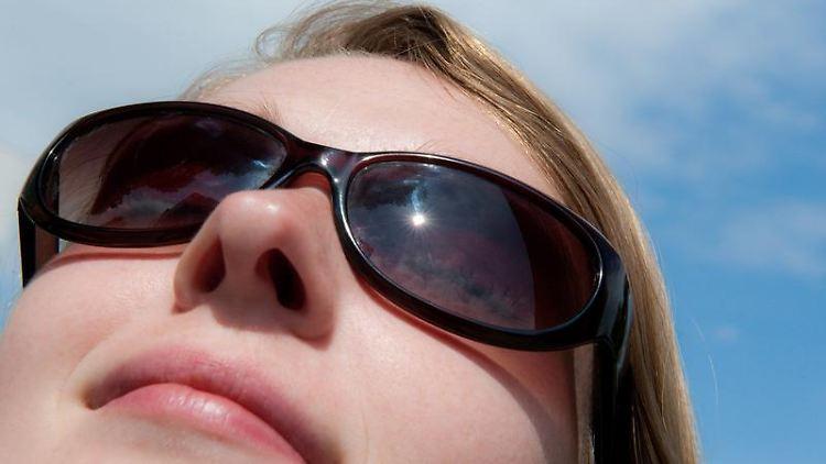 Die Augen mögen keine Sonne - selbst, wenn Wolken am Himmel stehen, sollte die Sonnenbrille griffbereit sein, am besten eine mit ausreichend UV-Schutz. Foto: Mascha Brichta