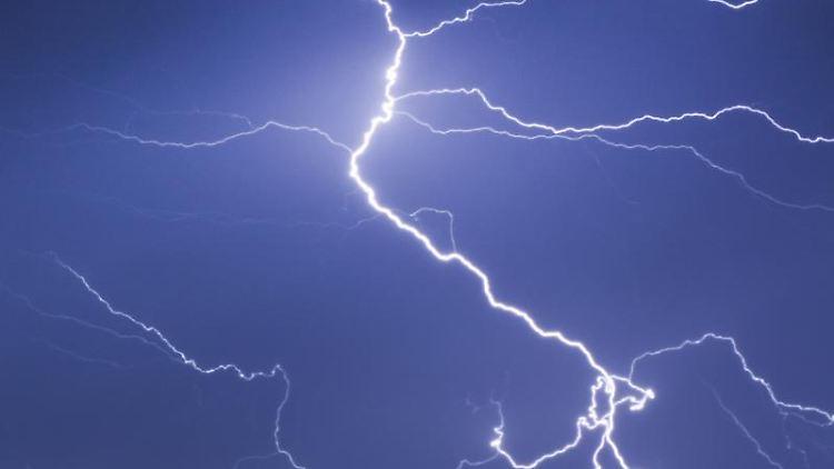 In die Hocke gehen und kleinmachen: Wer von einem Gewitter überrascht wird, sollte wissen, wie er sich zu verhalten hat. Sonst kann es sehr gefährlich werden. Foto: Frank Rumpenhorst