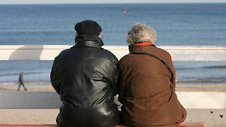 ältere_Paar_senioren_strandpromenade.jpg