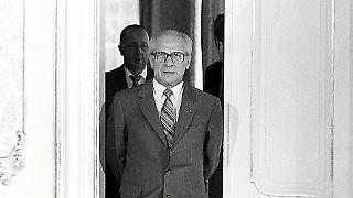 Honecker_kommt_duch_Tür.jpg