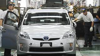 Der Autobauer Toyota - hier ein Werk in Japan - hat Millionen Autos wegen klemmenden Gaspedalen zurückgerufen. (Bild: dpa)
