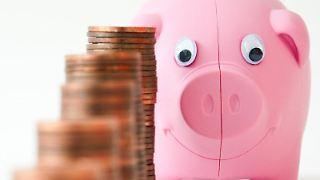 JedenTag wandert ein wenig mehr ins Sparschwein: Wer sich regelmäßig um seine Geldanlagen kümmert, kann mehr rausholen.jpg