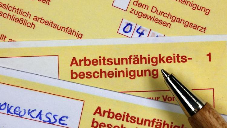 Die «Gelben» sollten vollständig sein: Sind Krankschreibungen lückenhaft, erlischt der Anspruch auf Krankengeld. Foto: Jens Büttner