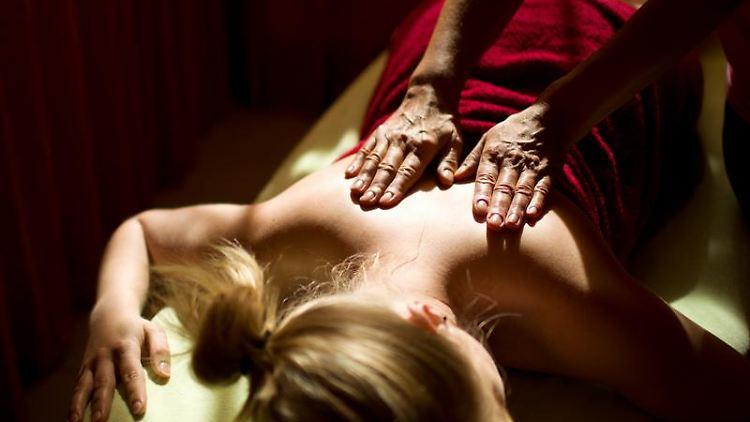 Kosten für Massagen übernehmen die Krankenkassen oft nicht - dann müssen die Patienten die Behandlung selbst bezahlen. Foto: Jens Wolf
