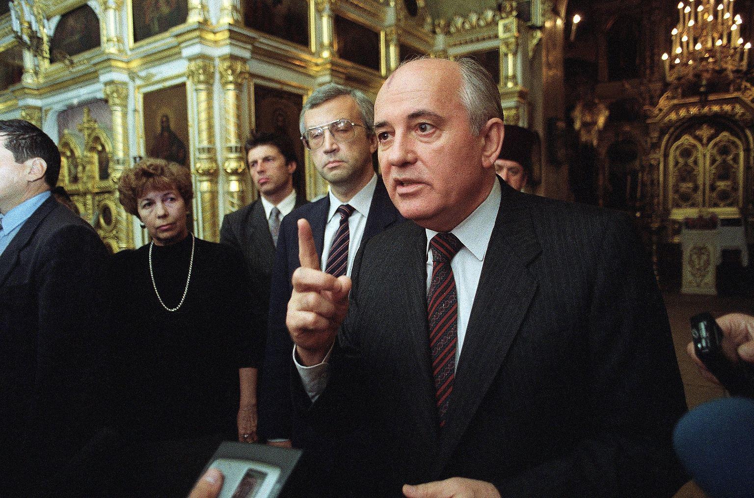 Gorbatschow_spricht_zu_Jopurnalisten_1992.jpg