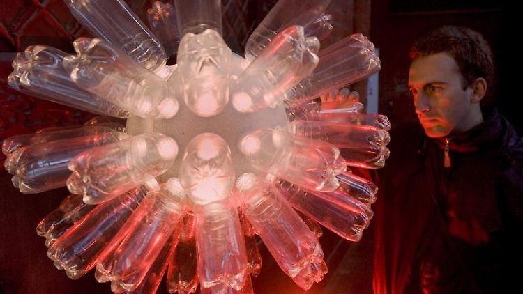 Ideen aus dem Studiengang Architectural Lighting Design: Die Lampe aus Plastikflaschen ist ein Entwurf eines Studenten der Hochschule Wismar. (Bild: Büttner/dpa/tmn)