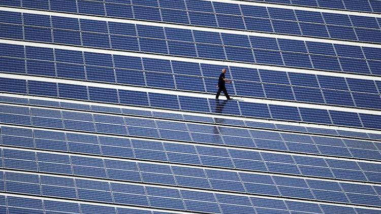 Solaranlage auf dem Dach einer Skihalle: Die Kosten für die Energiewende drohen aus dem Ruder zu laufen. Mehr Energieberatungen für Bürger sollen das abfedern. Foto: Jens Büttner