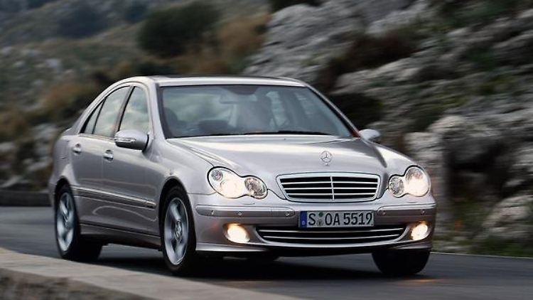 Der kleinste «echte» Mercedes: Die C-Klasse ist für viele Benz-Fans den Einstieg in die Markenwelt mit dem Stern. (Bild: Daimler/dpa/tmn)