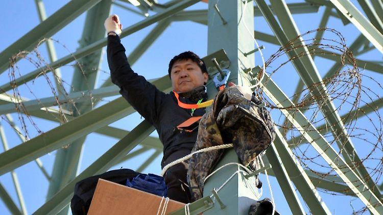 2012-10-18T091923Z_01_SEO02_RTRMDNP_3_KOREA.JPG5334862276065995224.jpg