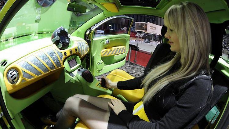 Joystick-Lenkung satt Lenkrad und Pedale. Gemeinsam mit Rinspeed präsentiert Paravan in Genf ein Auto, das ohne Lenkrad und Pedale gesteuert wird. (Bild: dpa)