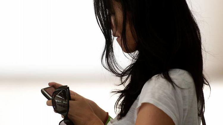 Instant Messaging wird von vielen Smartphone-Besitzern genutzt, um schnell und kostengünstig miteinander zu kommunizieren. Der beliebteste Anbieter hat jetzt seine Preise erhöht. Foto: