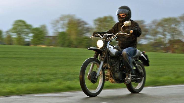 Nichts für kurze Beine: Enduros haben meist eine recht hohe Sitzposition. (Bild: ifz/dpa/tmn)Raus auf die Straße: Eine ausgiebige Probefahrt vor dem Kauf ist wichtig. (Bild: Honda/dpa/tmn)Probefahrt allein reicht nicht: Beim Kauf eines gebrauchten Bikes muss man die Vorgeschichte ansprechen und auf Spuren wie Kratzer achten. (Bild: dpa/tmn)