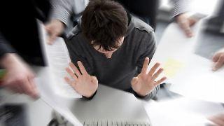 Nicht alles unterschieben lassen: Beschäftigte müssen auch lernen, den Kollegen einmal «Nein» zu sagen. (Bild: Schierenbeck/dpa/tmn)