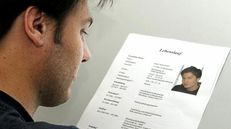 Nicht zu persönlich werden: Der Arbeitgeber darf nicht verlangen, dass Bewerber ihren Familienstand nennen. (Bild: Schierenbeck/dpa/tmn)