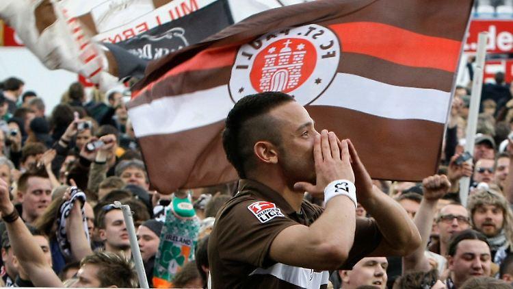 2  Liga: Augsburg ist Dritter: St  Pauli feiert den Aufstieg