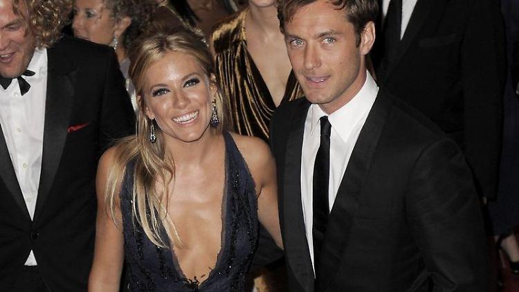 Anfang der Woche präsentierten sich Sienna Miller und Jude Law  bei einer Gala im New Yorker Metropolitan Museum als Paar.