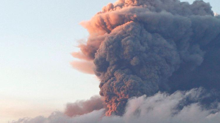 Der Vulkan am Gletscher Eyjafjalla spuckt wieder. Noch ist unklar, ob und wo der Luftraum in Europa geschlossen werden muss.