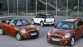 Das Mini Cabrio (links) wird ab dem 18. September als Selbstzünder angeboten, auch der Clubman (Mitte) und der normale Dreitürer (rechts) erhalten neue Motoren. (Bild: BMW/dpa/tmn)